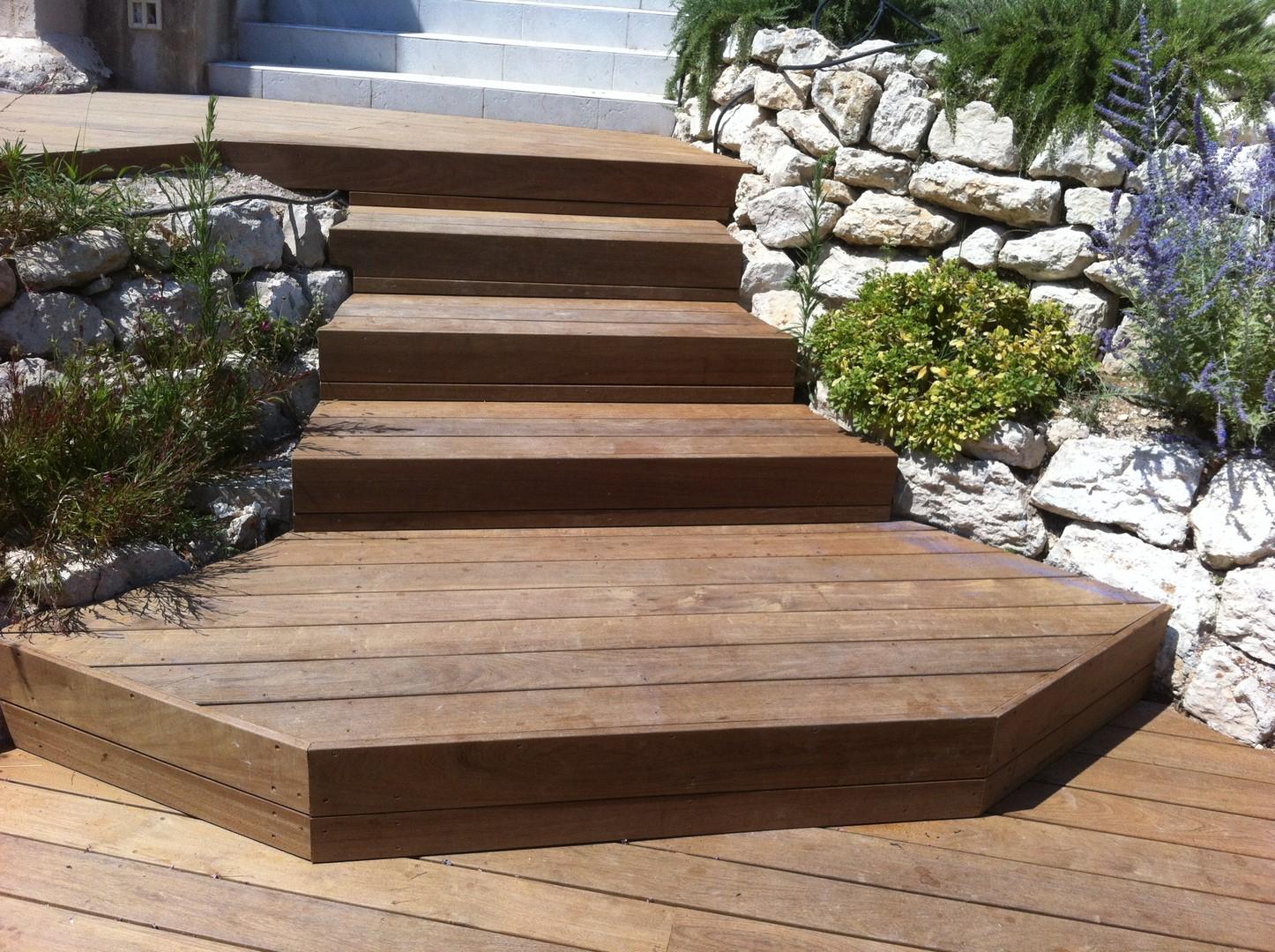escalier en bois exotique pour vos exterieurs les. Black Bedroom Furniture Sets. Home Design Ideas